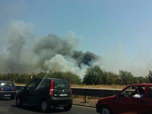 Incendio al campo rom della Barbuta: chiuso il Grande Raccordo Anulare invaso dal fumo