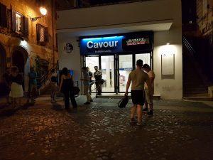 Evacuata la metro a Cavour, una donna rimane incastrata nella porta con le buste della spesa
