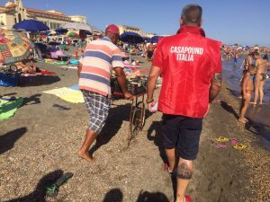 Ostia, militanti di CasaPound fanno le ronde in spiaggia: caccia ai venditori ambulanti