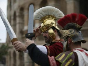 Raggi firma una nuova ordinanza anti-centurioni: multe da 400 euro