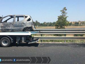 Auto in fiamme sulla Roma-Fiumicino: caos traffico in direzione aeroporto
