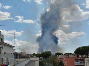 Incendio ed esplosioni in un autodemolitore in zona Centocelle, a Roma: fumo nero sul quartiere