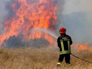 Roma, arrestato piromane: dopo aver dato fuoco a un campo stava fuggendo