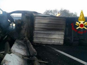 Tir in fiamme sull'A1 alla diramazione Roma Sud: autostrada chiusa e traffico in tilt