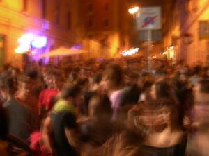 Raggi firma il decreto anti-movida: dalle 2 non si beve. E' valido in tutti i municipi tranne il suo