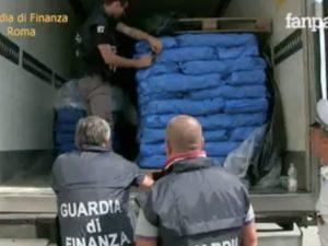 Roma, nel camion ci sono 250 chili di hashish: arrestate 5 persone
