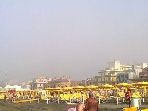 Ostia, lo strano fenomeno: nebbia sulla spiaggia col sole a 40 gradi