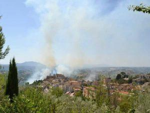 Incendio a Poggio Mirteto: le fiamme minacciano le abitazioni, evacuato il comune