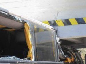 Roma, autobus si schianta contro ponte della Roma-Lido. Diciotto feriti, grave un bambino