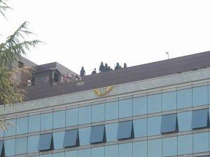 Sgombero di una palazzina occupata in corso a Cinecittà: famiglie barricate sul tetto