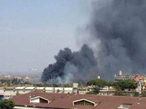 Roma, incendio in via Salviati: le fiamme raggiungono un autodemolitore
