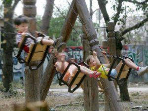Terracina, amico di famiglia abusa di una minore nel parco giochi