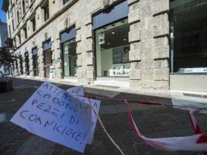 Roma, pezzo di cornicione cade in strada a via Cavour