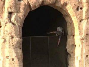 Roma, scavalca il cancello e tenta di entrare nel  Colosseo dopo l'orario di chiusura