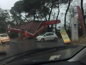 Temporale a Roma, tetto di un distributore di benzina crolla su un'auto: ferita coppia
