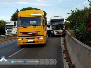 Tir finisce contro il guard rail sulla Pontina: strada chiusa per ore, lunghe code verso Roma