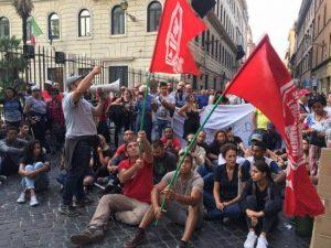 Lotta per la casa, il movimento blocca via Ripetta: tafferugli con la polizia, attivisti denunciati