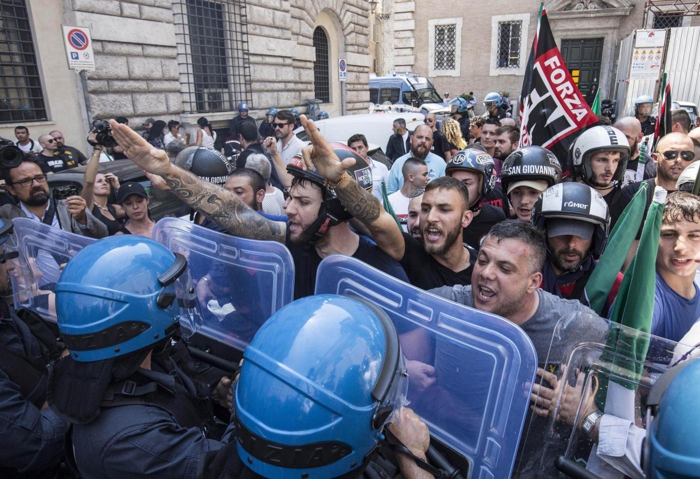 Vietata la manifestazione di Forza Nuova. Raggi: A Roma non c'è spazio per  i fascisti