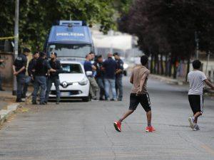 Tiburtino III, quaranta migranti intrappolati in chiesa: fuori gruppetti di estrema destra