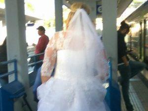 Spose metropolitane: a bordo dei mezzi pubblici con l'abito bianco