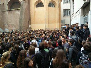 Il Liceo Virgilio occupato dagli studenti, oggi niente lezioni. La protesta dopo il crollo del solaio