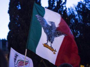 Tenta di esporre una bandiera fascista a Montecitorio nel giorno della Marcia su Roma: denunciato