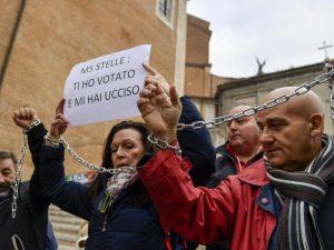 """Operatori bus turistici incatenati in Campidoglio: """"M5s: ti ho votato e mi hai ucciso"""""""