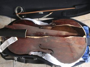 La viola antica della musicista Myrna Herzog completamente distrutta dopo un volo con Alitalia da Rio a Fiumicino