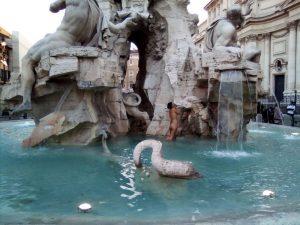 Senzatetto si fa il bagno nuda nella fontana dei quattro - Si fa in bagno 94 ...