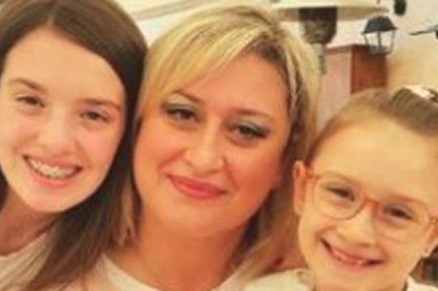 Antonietta Gargiulo insieme alle due figlie Martina e Alessia
