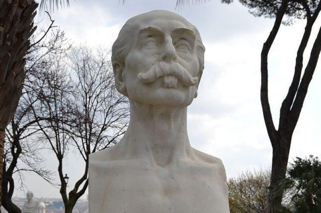 Vandali in azione al Gianicolo: buttati a terra due busti dei patrioti