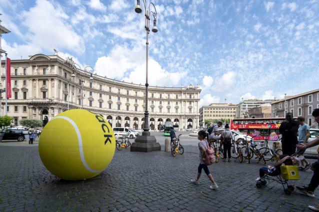 Una delle maxi palle da tennis apparse domenica 13 maggio a Roma: era un'operazione di guerrilla marketing del marchio Diadora