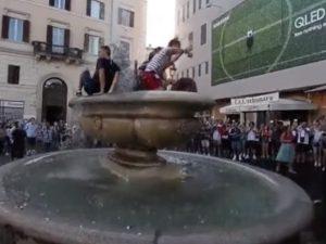 La fontana di Campo de 'Fiori presa d'assalto dai tifosi francesi per festeggiare la vittoria ai Mondiali in Russia