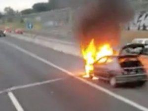 Veicolo in fiamme sull'Autostrada A1 Roma Napoli