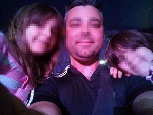 Il papà con le due sorelline di Nettuno. Una di loro, la più grande è morta