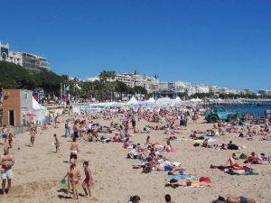 Una delle spiagge di Cannes, Costa Azzurra – foto di repertorio