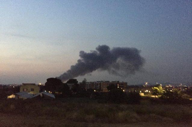 L'incendio a Guidonia (foto di Carminemaria Masini via Facebook)