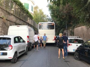 Pullman incastrato tra le auto parcheggiate blocca via Aurelia Antica