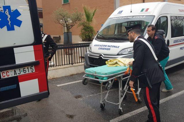 L'ambulanza dei Carabinieri impegnata nei soccorsi per il trasferimento dei degenti dell'ospedale Villa San Pietro.
