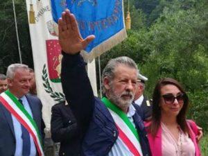 Saluto fascista del sindaco Modesto Della Rosa di San Giorgio a Liri (Frosinone) in processione