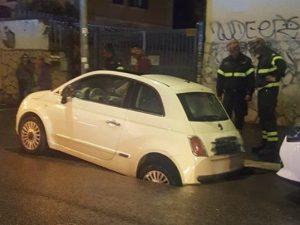 Maltempo a Roma, voragine in via Tuscolana: auto sprofonda nell'asfalto, strada chiusa
