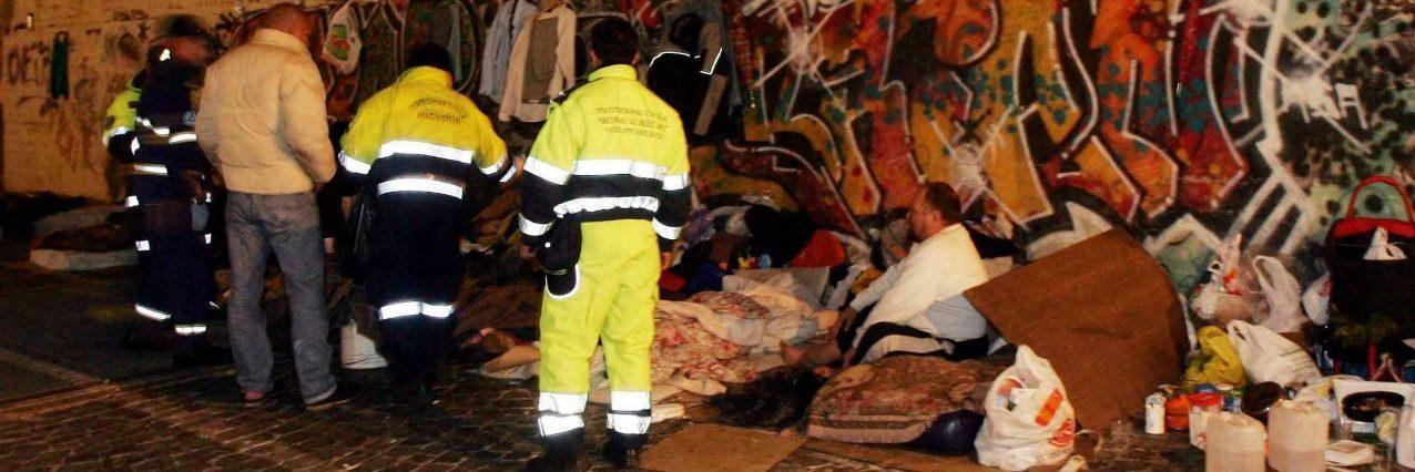 Roma, i vigili buttano nei cassonetti coperte e cartoni di un senzatetto a San Lorenzo