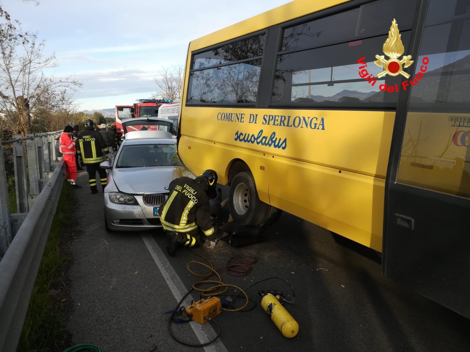 Sperlonga, schianto tra una Bmw e uno scuolabus: ferita automobilista