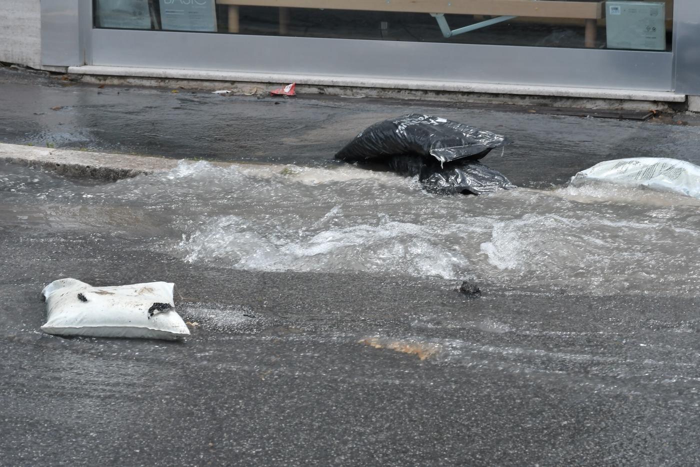 Chiusa via Nomentana per grossa perdita d?acqua dalla strada: bus deviati
