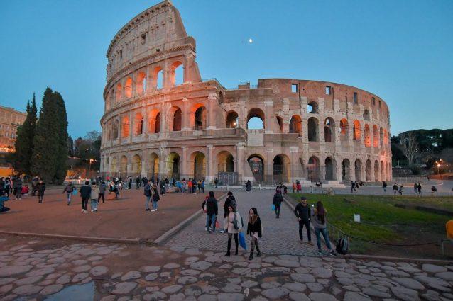 Roma, turista tedesca 14enne incide l'iniziale del proprio nome sul Colosseo: denunciata