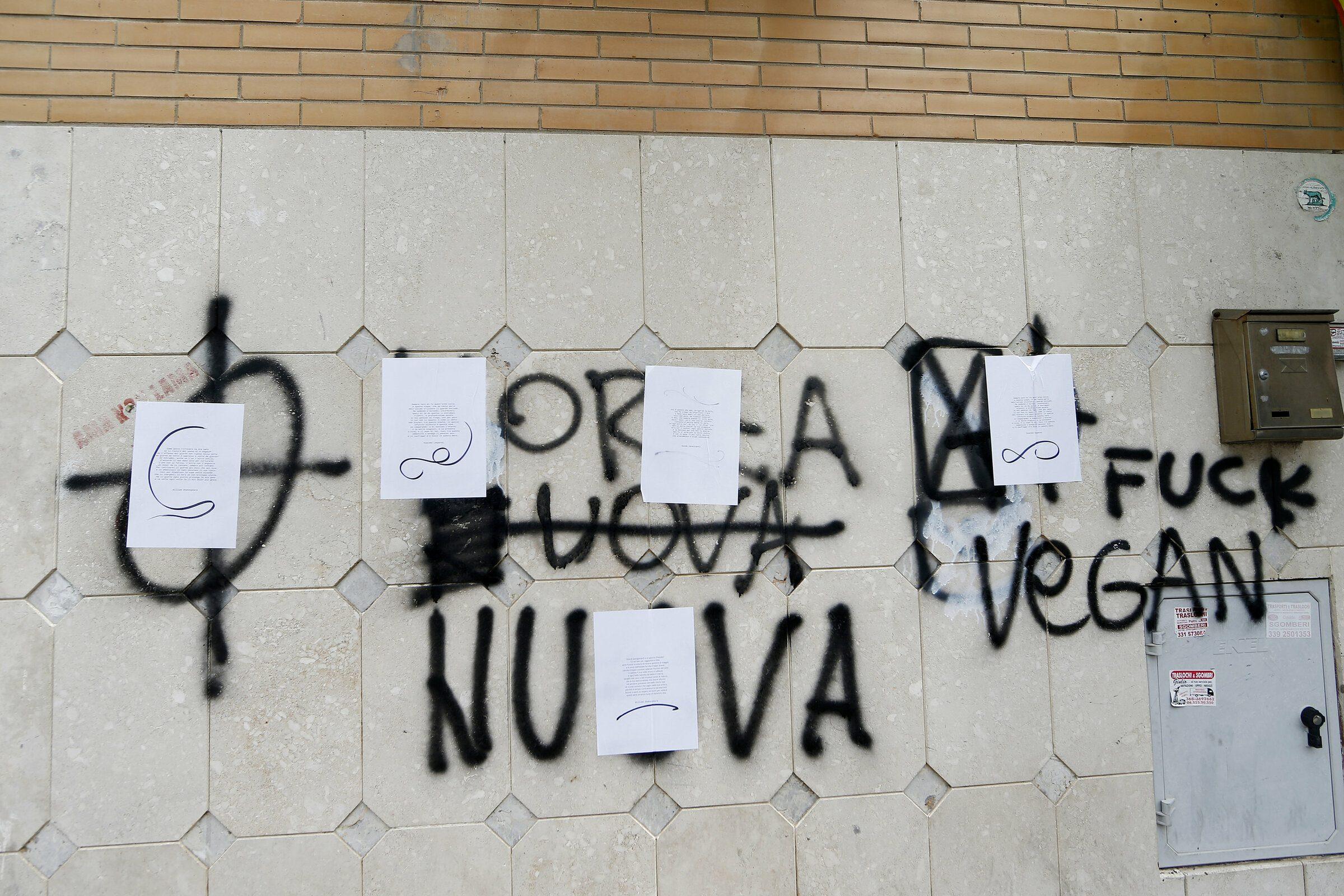 A Fiumicino Le Poesie Coprono I Simboli Fascisti E Le Frasi