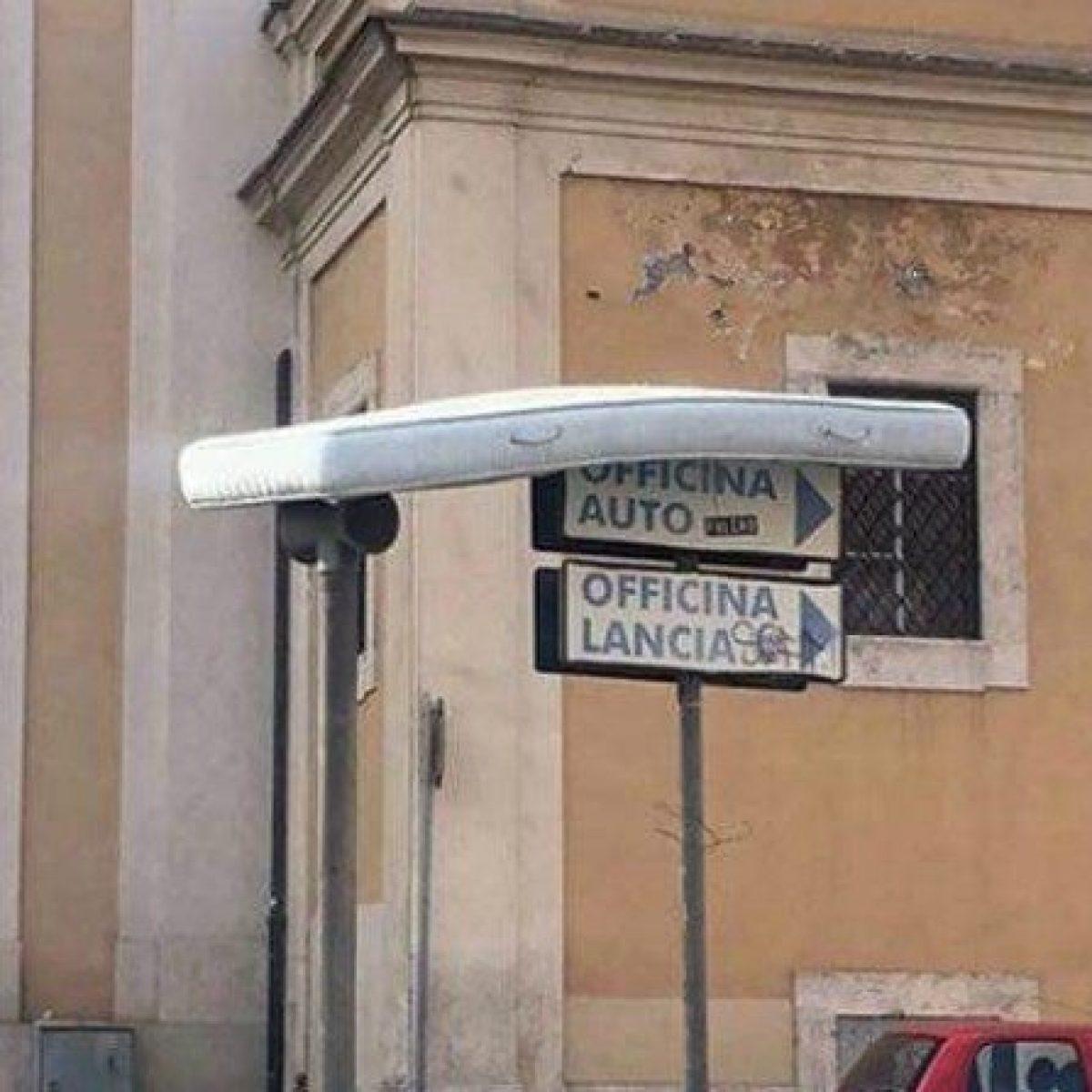 Il Giaciglio Materassi Roma.Rifiuti A Roma Spunta Un Materasso Volante Sospeso Su Due Pali