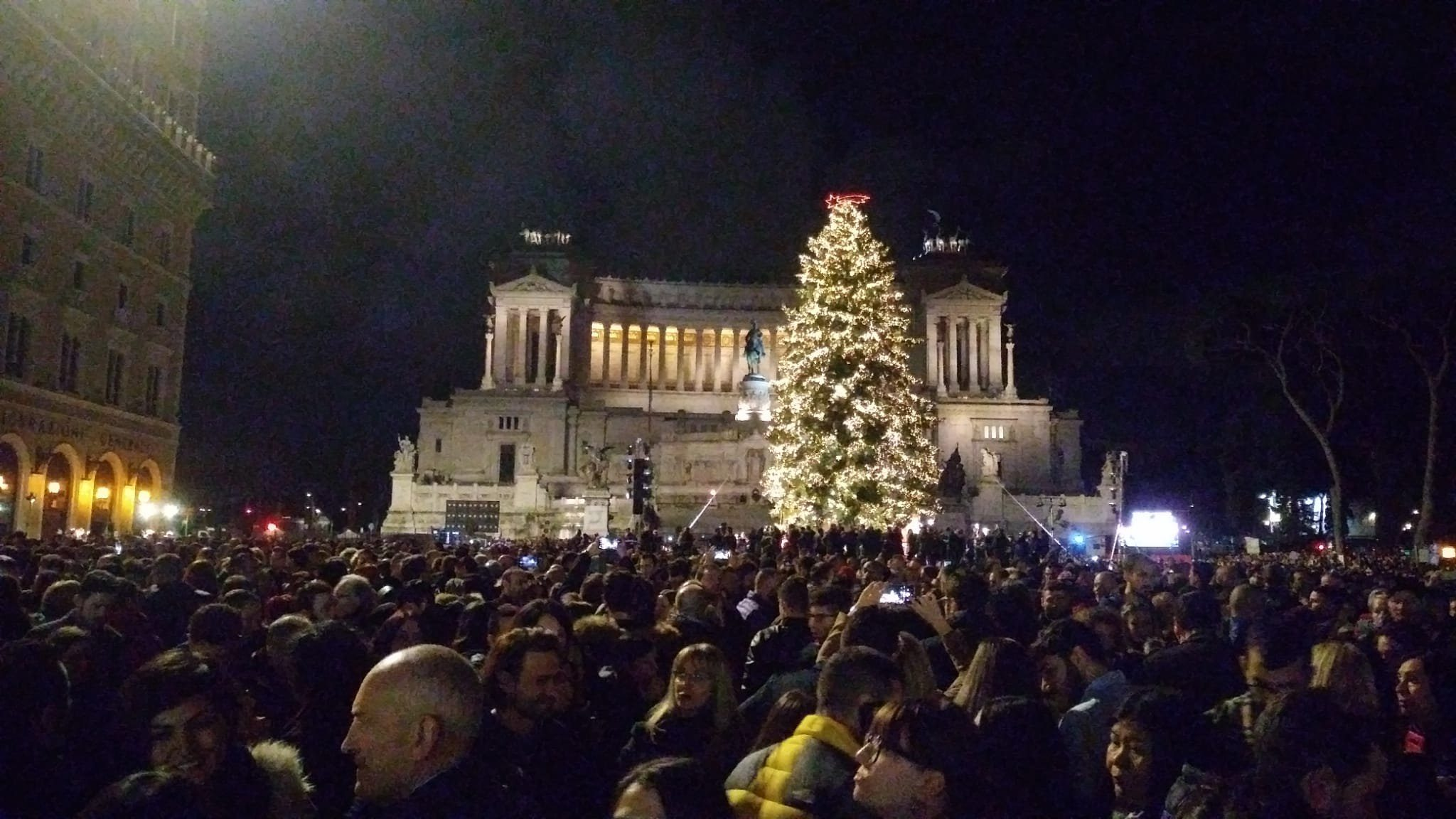 Albero Di Natale Roma.Roma Acceso Spelacchio Migliaia In Piazza Raggi E L Albero Di Natale Piu Famoso Del Mondo