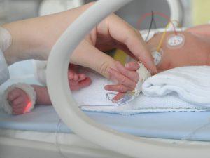 Morta neonata a Ostia, aveva ferite sul corpo: madre fermata