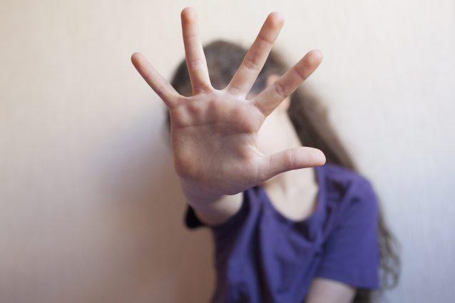 Roma, violenta ripetutamente la nipote di 13 anni: arrestato